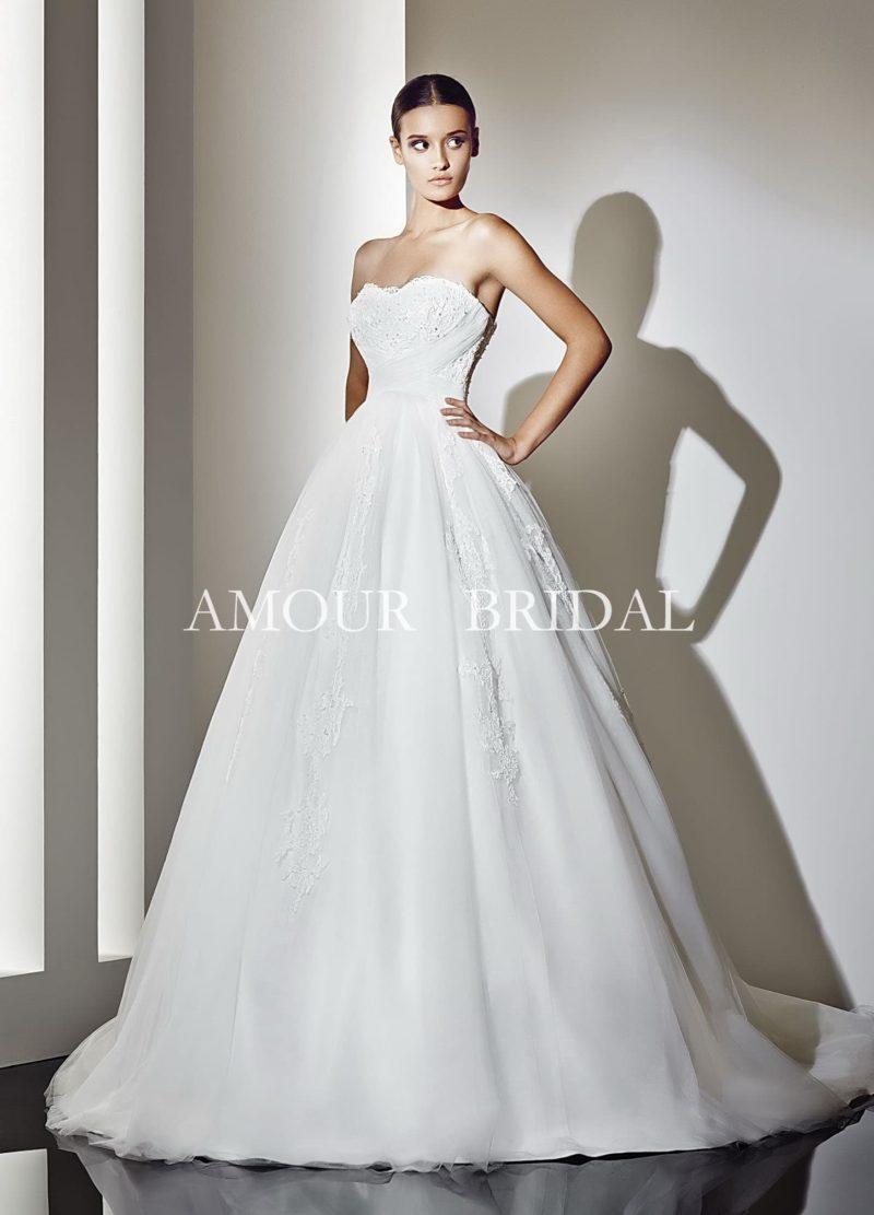 Открытое свадебное платье с  шлейфом и вышивкой на корсете.