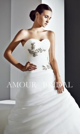 Открытое свадебное платье с драпировками и вышивкой.