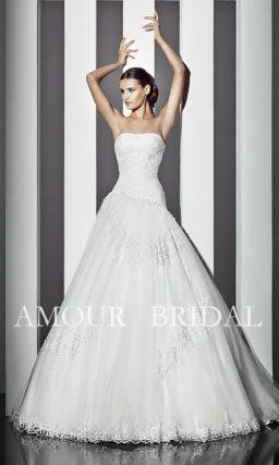 Открытое свадебное платье, украшенное вышивкой по корсету.