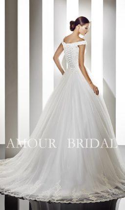 Свадебное платье с длинным шлейфом и расшитым корсетом.