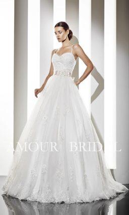 Открытое свадебное платье с тонкими бретелями и широким поясом.