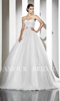 Открытое свадебное платье с пышным силуэтом и атласным розовым поясом.
