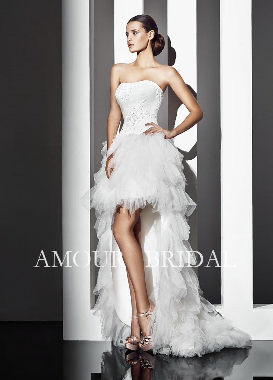Оригинальное свадебное платье с короткой юбкой, дополненной сзади шлейфом.