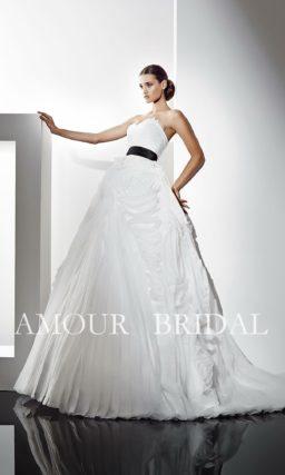 Открытое свадебное платье с широким черным поясом.