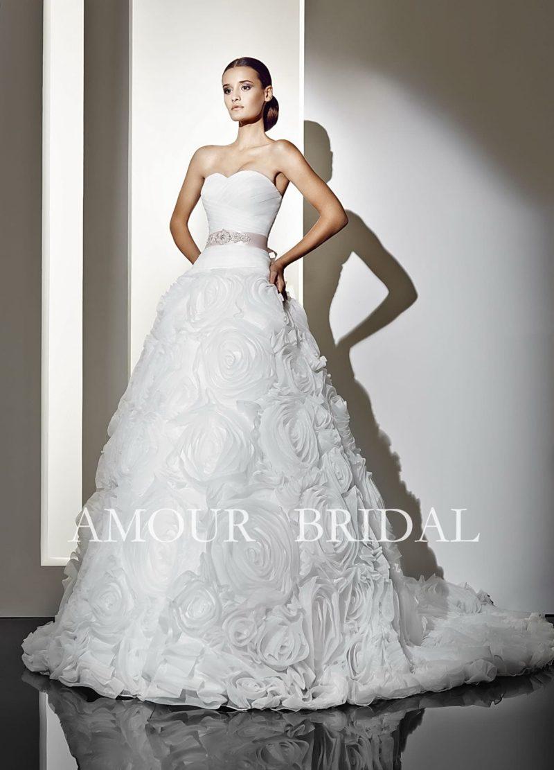Пышное свадебное платье с отделкой в виде пышных бутонов по всему подолу.