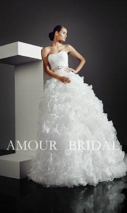 Пышное свадебное платье с эксцентричной отделкой объемной юбки.