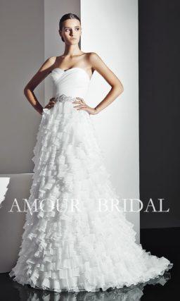 Открытое свадебное платье с юбкой, полностью покрытой тонкими оборками.