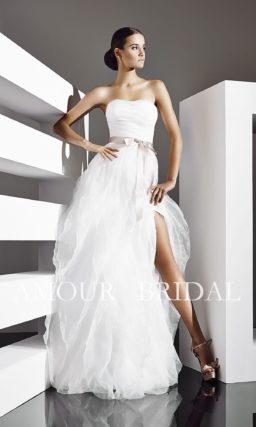 Пышное свадебное платье с разрезом на юбке и цветным поясом из атласа.