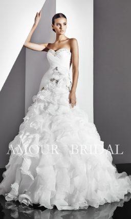 Свадебное платье с вышивкой серебристым бисером и пышными оборками.