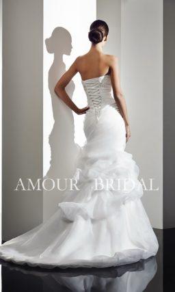 Свадебное платье «рыбка» с открытым лифом и драпировками.