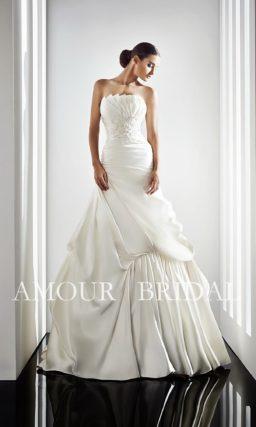 Оригинальное свадебное платье с фигурным лифом и драпировками на юбке.