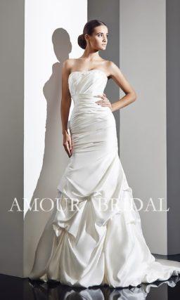 Открытое свадебное платье «рыбка», по всей длине задрапированное по фигуре.