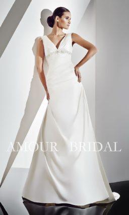 Свадебное платье со шлейфом и V-образным декольте.