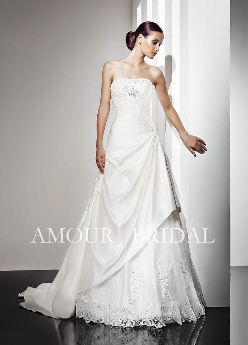 Открытое свадебное платье с элегантным шлейфом и вышивкой.