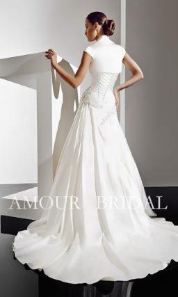 Открытое свадебное платье с изящным коротким болеро.