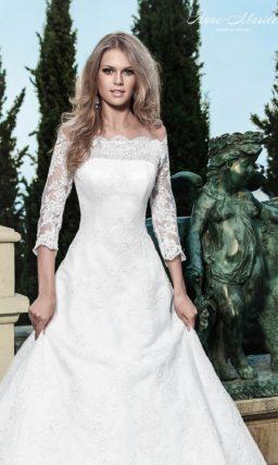 Свадебное платье силуэта «принцесса» с портретным декольте и ажурными рукавами.