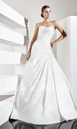 Свадебное платье с драпировками и вышивкой на лифе.