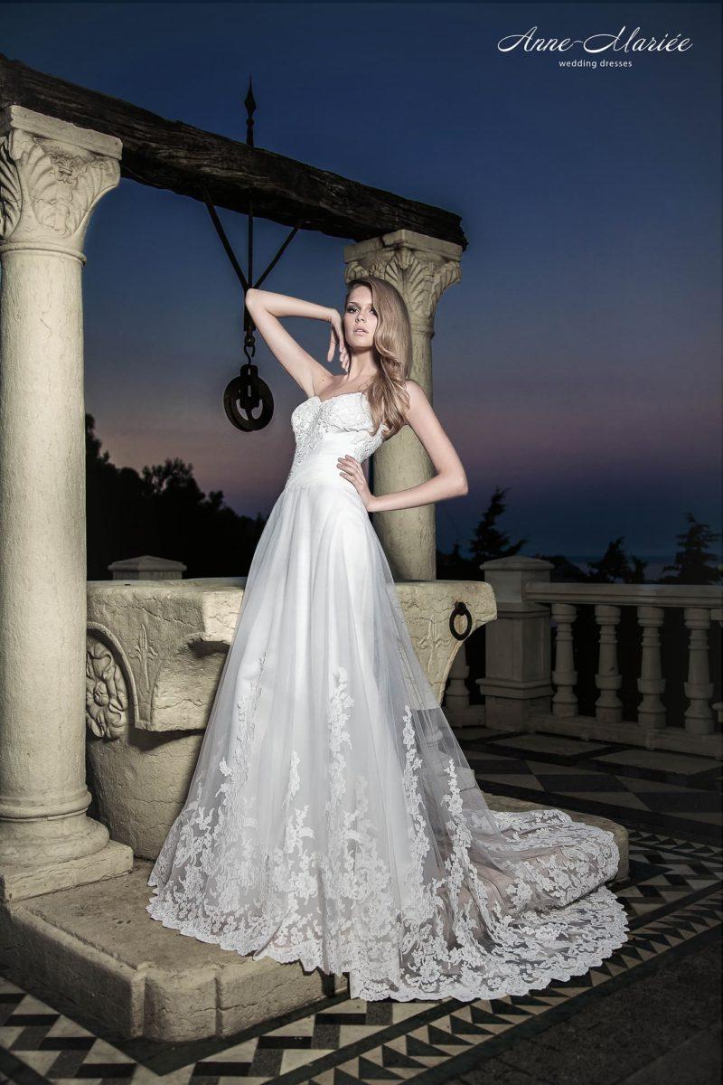 Открытое свадебное платье силуэта «принцесса» с многослойной юбкой с кружевным декором.