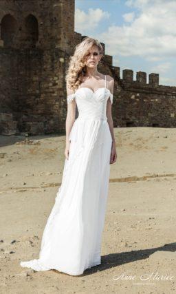 Прямое свадебное платье в ампирном стиле с бретелями на предплечьях и кружевом декора.
