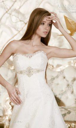 Свадебное платье силуэта «принцесса» с бисерной вышивкой и кружевным болеро.