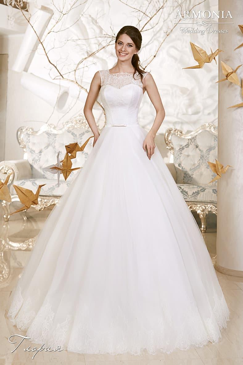 Пышное свадебное платье с округлым кружевным вырезом и оригинальной спинкой.