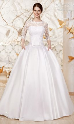 Пышное свадебное платье из атласной ткани с широким поясом и ажурными рукавами.