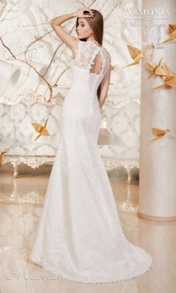 Свадебное платье силуэта «рыбка» с кружевной отделкой лифа и узким поясом.