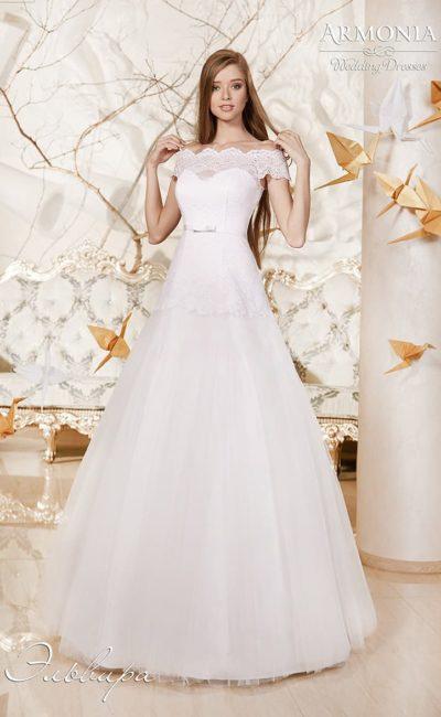 Свадебное платье силуэта «принцесса» с узким поясом и портретным декольте.