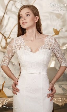 Романтичное свадебное платье силуэта «рыбка» с V-образным вырезом и кружевными рукавами.