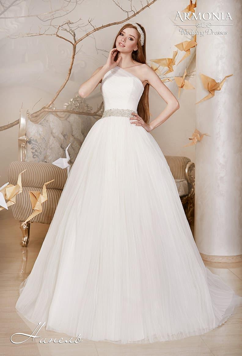 Пышное свадебное платье с асимметричным лифом и широким поясом, покрытым бисером.