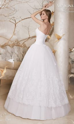 Пышное свадебное платье с небольшим V-образным вырезом и кружевом на юбке.