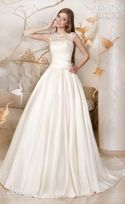 Пышное свадебное платье из атласной ткани с небольшим шлейфом сзади.