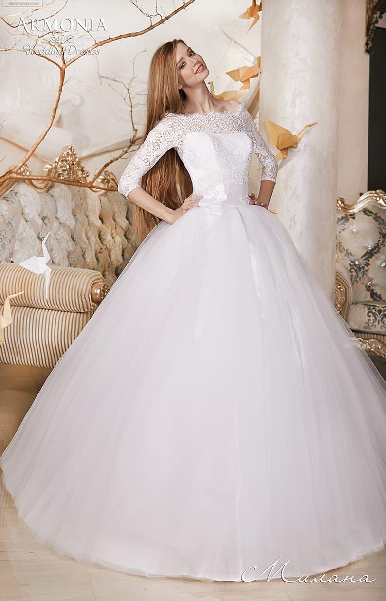 Невероятно пышное свадебное платье с портретным декольте и кружевным рукавом.