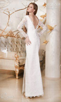 Закрытое свадебное платье с прямым силуэтом, длинными рукавами из кружева  и декольте сзади.