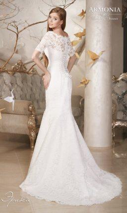 Кружевное свадебное платье силуэта «рыбка» с фигурным портретным декольте и контрастным поясом.