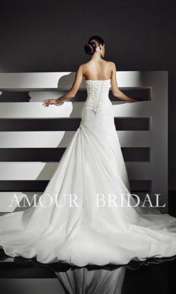 Свадебное платье силуэта «рыбка» с длинным шлейфом и расшитым бисером лифом.