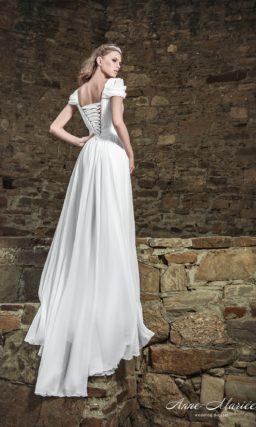 Прямое свадебное платье с V-образным вырезом и бретелями оригинального кроя.