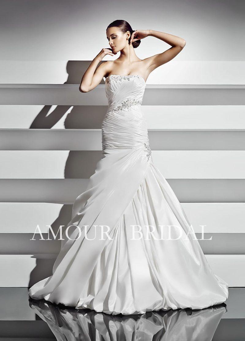 Свадебное платье силуэта «рыбка» с декором из фактурных глянцевых драпировок.