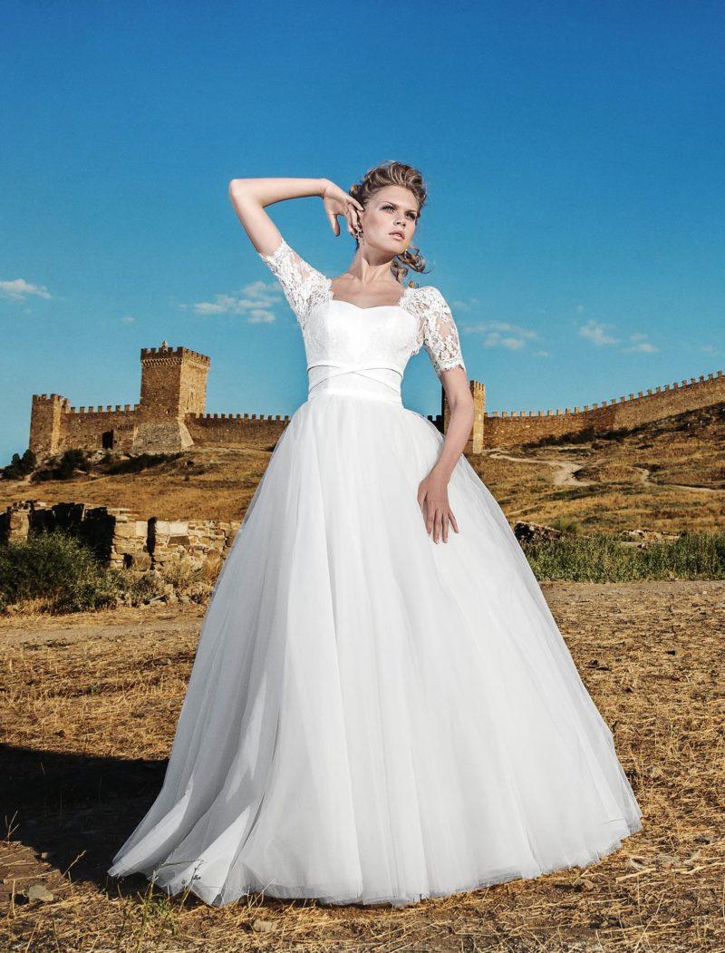 Пышное свадебное платье с коротким кружевным рукавом прямого кроя.