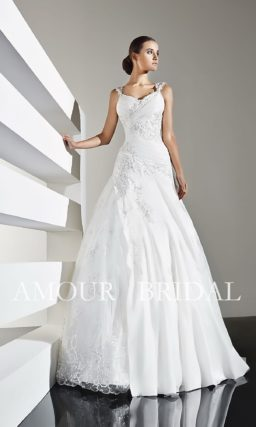 Романтичное свадебное платье с декором из кружева и драпировок ткани.