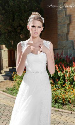 Прямое свадебное платье с открытым лифом, дополненным ажурными бретелями.