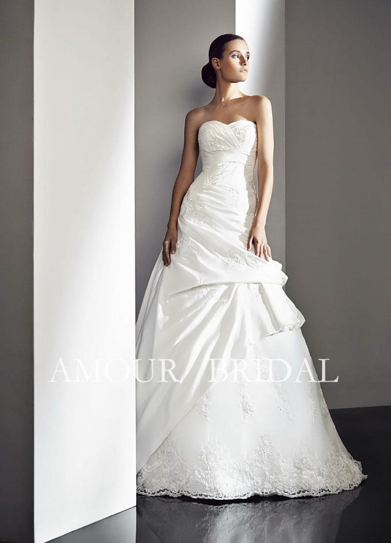 Свадебное платье с драпировками по всей длине.