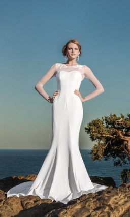 Свадебное платье силуэта «рыбка» с полупрозрачной вставкой над декольте и длинными рукавами.