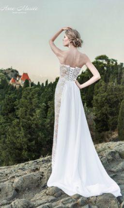 Свадебное платье с лифом в форме сердца с кружевной отделкой и бежевой подкладкой.