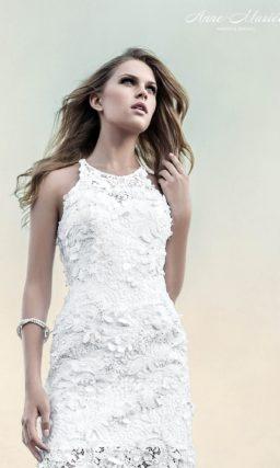 Фактурное свадебное платье прямого силуэта с юбкой до середины бедра.