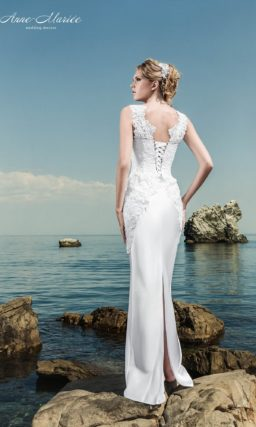 Прямое свадебное платье с закрытым лифом и кружевными аппликациями по корсету.