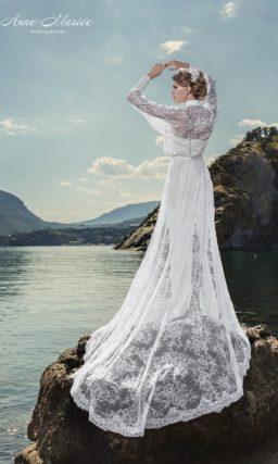 Прямое свадебное платье с открытым атласным лифом и кружевной накидкой с рукавом.