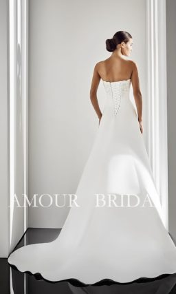 Свадебное платье с оригинальной отделкой подола и прямым декольте.