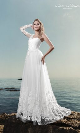 Прямое свадебное платье с асимметричным лифом и полупрозрачной ниже колена юбкой.