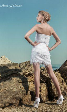 Открытое свадебное платье с отделкой из бахромы и юбкой длиной до середины бедра.